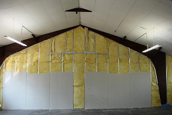 hohe Trockenbauwand als Raumteiler